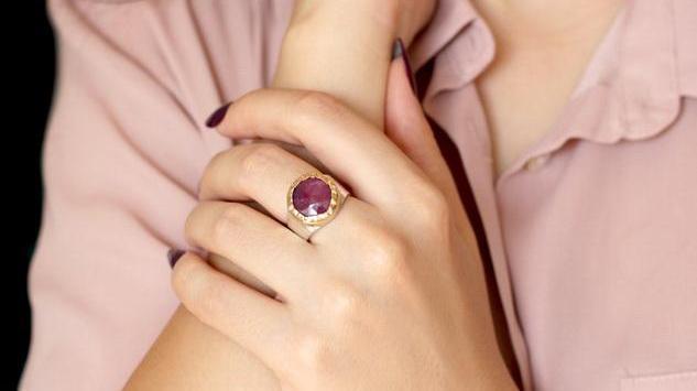 Prsten na palcu ukazuje na odlučnost, a na malom kreativnost