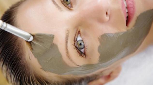Očistite lice maskom od gline