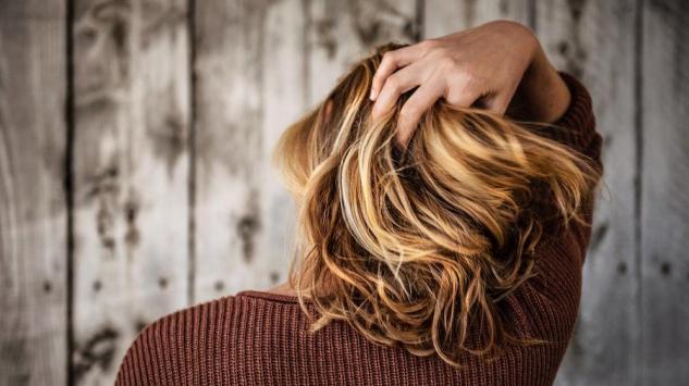 Hitna pomoć nakon ljetovanja- kako oporaviti kosu bez posjete frizeru?