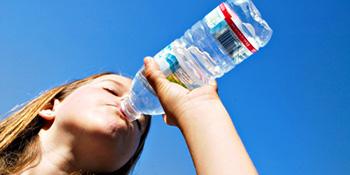 Hiponatremija, suprotno dehidraciji