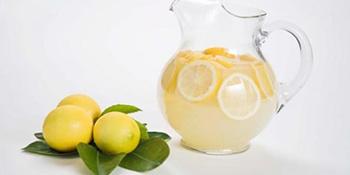 Sigurno niste znali što može čaša vode s limunom