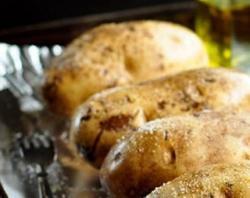 Neoljušten krompir brže će omekšati u pećnici...
