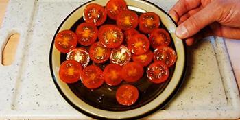 Kako da prerežete pun tanjir čeri paradajza za samo 5 sekundi!